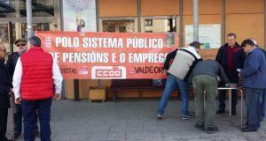 Acto de recollida de sinaturas do Colectivo de Pensionistas de Valdeorras no Barco