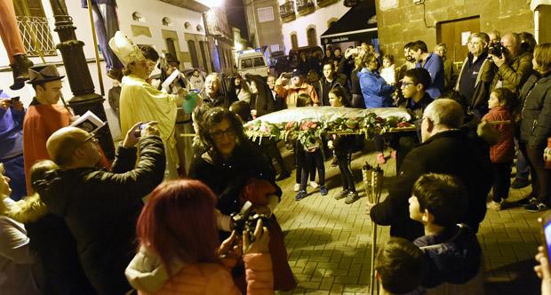 """Photo of A Rúa chora a fin do Carnaval queimando a """"Dona Sardiña do Atlántico e Cantábrico"""""""