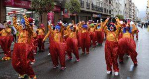 O desfile de Carnaval do Barco ponlle cor a unha tarde chuviosa