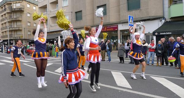 Photo of Unha vintena de comparsas toman A Rúa nun multitudinario e colorista desfile