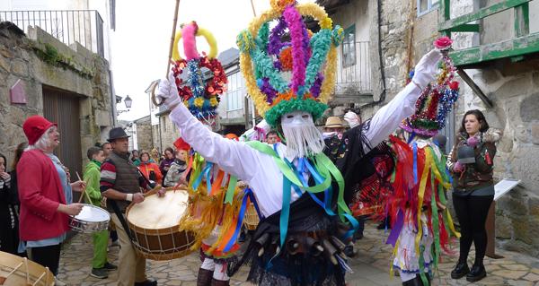 Photo of As Mázcaras despregan o seu baile polas rúas de Manzaneda