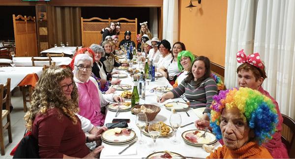 Photo of Moitos disfraces, humor e cea no Xoves de Comadres en Manzaneda