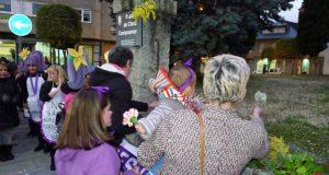 Ofrenda floral a Clara Campoamor na praza que leva o seu nome no Barco
