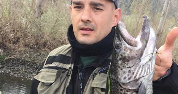 Photo of Rubén Fernández pesca unha troita de 2.825 gramos no Sil ao seu paso polo Barco
