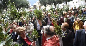 Bendición de ramos no adro da igrexa de Fontei (A Rúa)