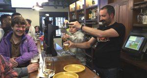 Multitudinaria reapertura do bar Corinto, na Rúa