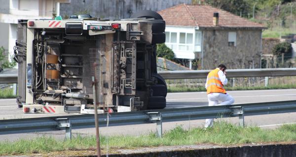 Photo of Un camión do lixo envorca na N-120 ao seu paso pola Rúa