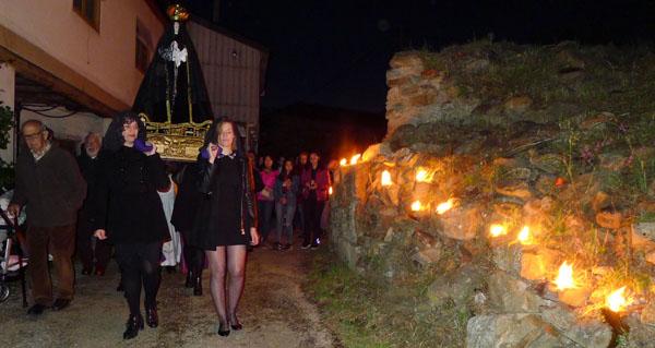 Photo of Multitude de caracois ardendo iluminan o paso da Virxe no Castro