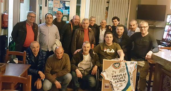 Photo of Os membros do equipo ciclista Pinturas Diéguez da Rúa sorprenden ao seu fundador, Rogelio, cunha cea-homenaxe