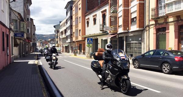 """Photo of Máis de 700 BMW percorren Valdeorras na travesía moteira """"Punta a Punta"""""""