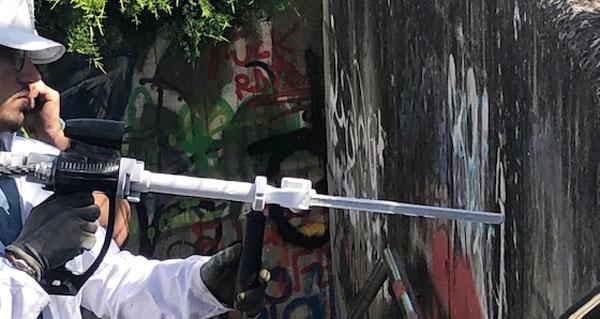 Photo of Unha nova empresa do Barco fai unha demostración de limpeza de pintadas na vila