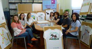 Os centros educativos do Barco e o CCA visten os escaparates de prendas tradicionais galegas
