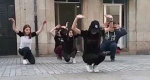 O grupo de teatro de mozos de Verín saca os seus personaxes á rúa