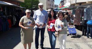 O candidato nacionalista á alcaldía de Viana, Secundino Fernández, visitaba á feira da vila con Noa Presas