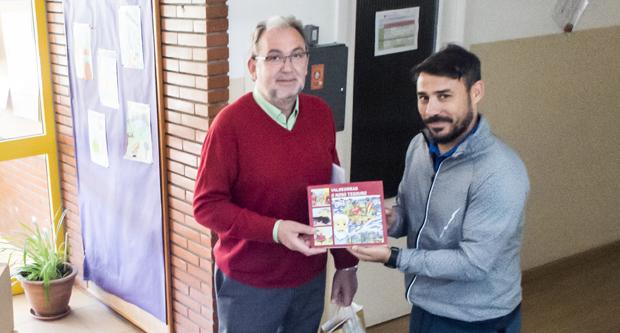 """Photo of O Concello da Rúa distribúe o libro """"Valdeorras o noso tesouro"""" no ensino"""