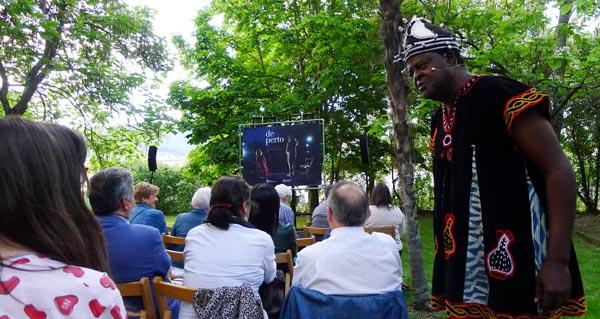 Photo of Lendo as historias escritas no aire de África con Boniface Ofogo, no Barco