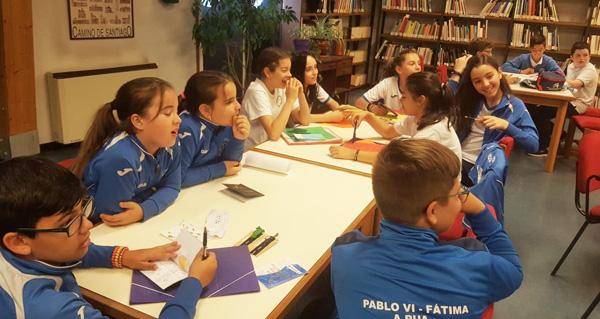 Photo of Os alumnos do Colexio Pablo VI-Fátima celebran o Día das Letras Inglesas na biblioteca ruesa
