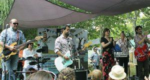 Actuación do grupo Los Íñigos no Barco para presentar o SilFest
