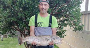 Marcos Arias pesca unha troita de 4 quilos no río Sil en Quereño (Rubiá)