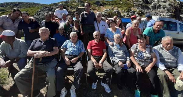Photo of 35 persoas no curro da Amosenda (serra de Cabeza Grande de Manzaneda) para celebrar o aniversario de Álvaro e os seus irmáns
