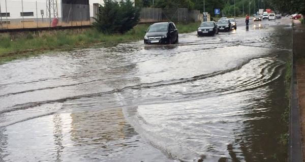 Photo of Unha gran balsa de auga no acceso ao Barco dende A Proba