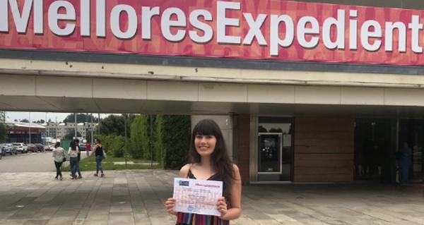 Photo of A trivesa Nuria González, alumna do IES Xermán Ancochea, recolle o seu premio á excelencia académica