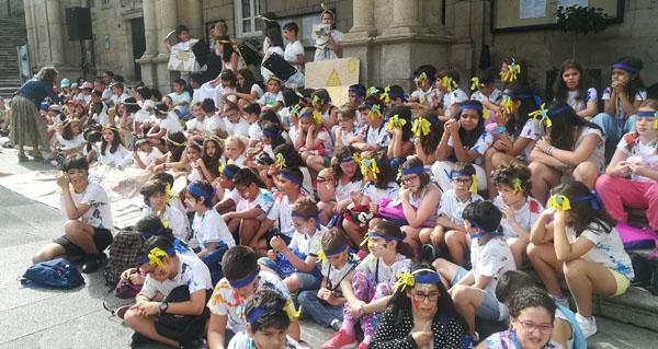 Photo of Os participantes do programa infantil Concilia Verán xúntanse na Praza Maior de Ourense