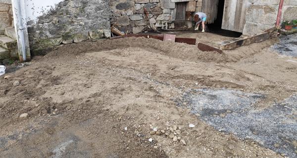Photo of A treboada deixaba as rúas de Cimadevila (Río) cheas de barro e pedras