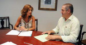 O alcalde de Manzaneda, Amable Fernández, reúnese coa delegada territorial da Xunta