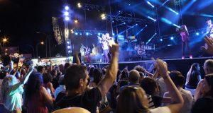 A Rúa despide as festas da Estación ao ritmo da orquestra Olympus