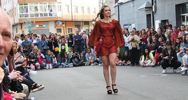 Photo of O desfile de moda de Jorge de Álvarez seduce ao público en Viana do Bolo