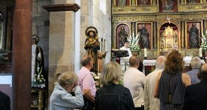 A chuvia obriga a aprazar a procesión de San Roque na Rúa Vella
