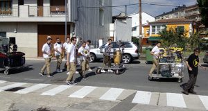 A charanga BB+ pon ritmo á mañá do último día de festas na Rúa