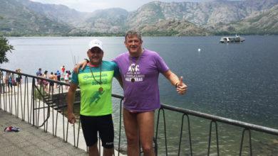 Photo of Dous membros do Club Natación Valdeorras, os únicos nadadores galegos na Travesía de Sanabria