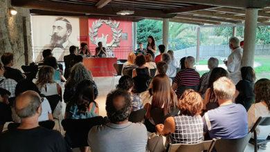 Photo of Xosé Poldras presenta na Casa dos Poetas (Celanova) unha carpeta de gravados