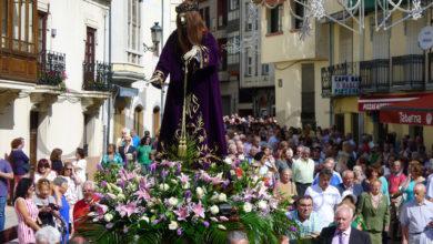 Photo of Multitude de persoas acompañan ao Nazareno pola rúas do Barco