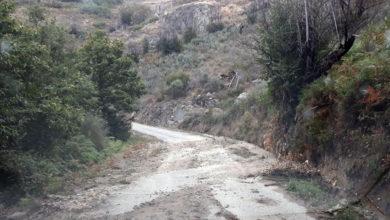 Photo of A estrada de Navea, entre Río e Trives, chea de barro e pedras