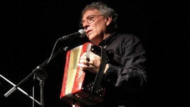 """Photo of O poeta berciano Juan Carlos Mestre presenta o seu primeiro libro en galego: """"200 gramos de patacas tristes"""""""