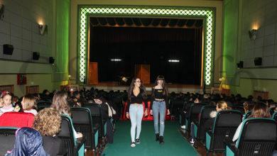 Photo of Concurrido desfile dos alumnos do IES Cosme López da Rúa no Centro Cultural Avenida
