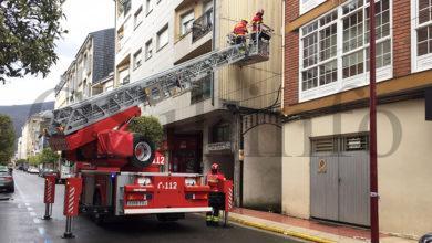 Photo of Os bombeiros retiran as chapas desprendidas dos edificios tralo paso do temporal no Barco