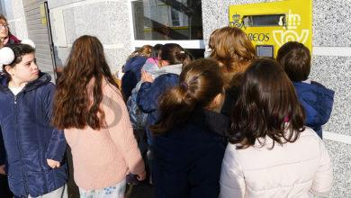 Photo of Os alumnos do CEIP Condesa de Fenosa visitan a oficina de Correos do Barco