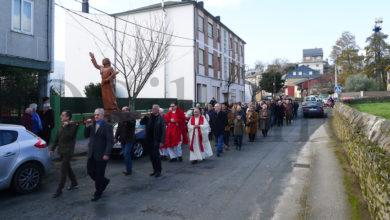 Photo of Os veciños de Veigamuíños (O Barco) sacan en procesión a Santo Tirso