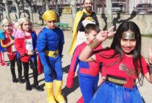 """Photo of Heroes e villanos de """"La liga de la Justicia"""" e """"Los Vengadores"""" toman o patio do CEIP Julio Gurriarán"""
