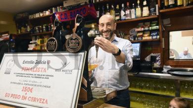 Photo of Ricardo Cela de Café Bar Lisboa, no Barco, finalista no certame galego do Cpto. Nacional de Tiraxe de Cervexa de Estrella Galicia