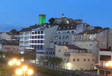 Photo of A Torre da Homenaxe de Monforte tínguese de verde para recoñecer o labor dos traballadores esenciais