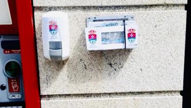 Photo of Trives instala dispensadores de xel hidroalcohólico e luvas xunto aos caixeiros automáticos da vila