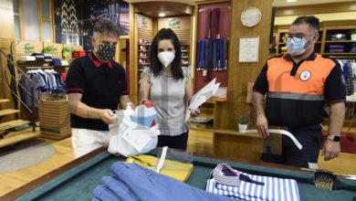 Photo of O reparto do material de protección no comercio e na hostalaría do Barco, en imaxes