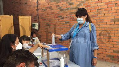 Photo of A nacionalista María Albert, a primeira dos candidatos valdeorreses en votar