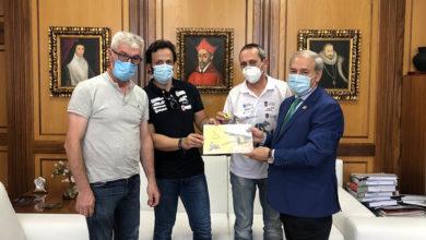 Photo of O piloto monfortino que participou no Rally Dakar, Eduardo Iglesias, entregalle o dossier da participación ao alcalde