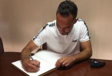 Photo of David Ferreiro, veciño de Baños de Molgas e xogador da SD Huesca, asina o Libro de Honra do Concello